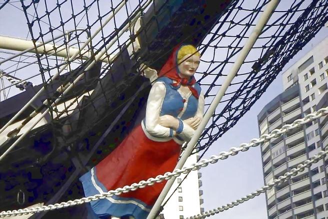 Seute_deern_figurehead at the bow of a sailing ship.